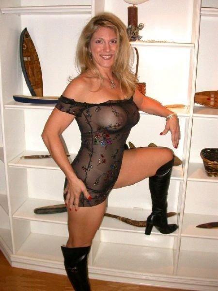 Femme-cougar-blonde-veut-assouvir-ses-pulsions-sexuelles