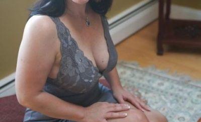Partie-de-jambes-en-l-air-pour-une-femme-cougar-chaude